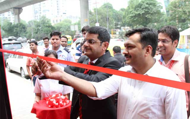 Alok Verma, Vodafone, Business Head Delhi NCR, Inaugurating the Bus Shelter