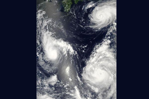 Powerful typhoon barrels into Hong Kong, forces a closure