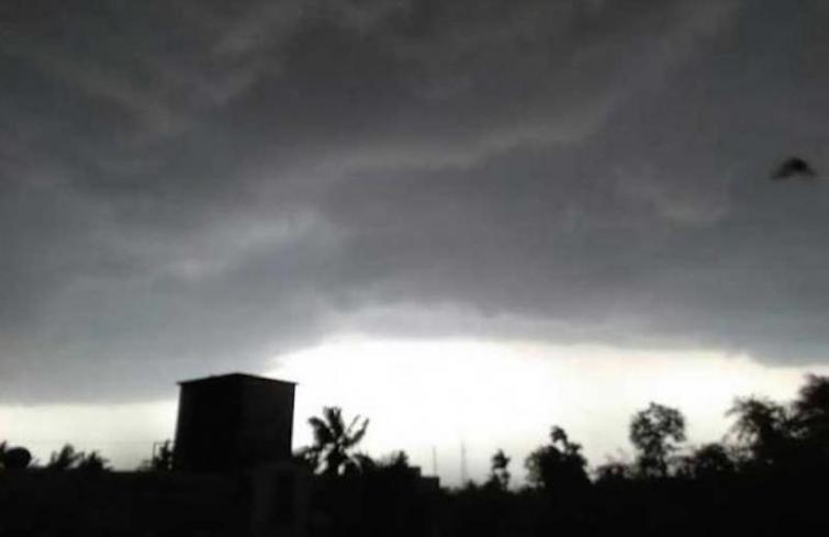Cold morning in Delhi, possibility of light rain
