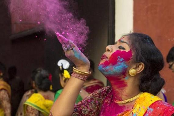Holi brings riot of colours in Kolkata