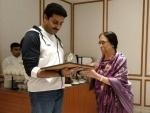 Abhishek Bachchan drops in at Shamlu Dudeja's Kantha exhibition in Kolkata