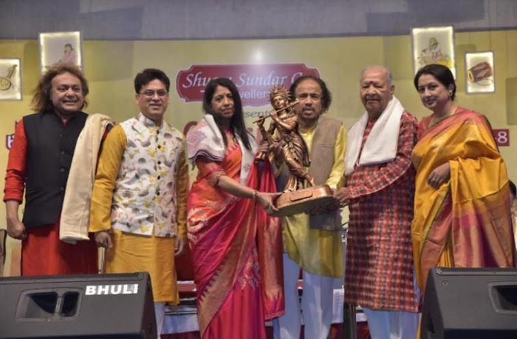 Shyam Sundar Co. Sarvottam Samman presented to playback singer Kavita Krishnamurthy at the Behala Classical Festival in Kolkata