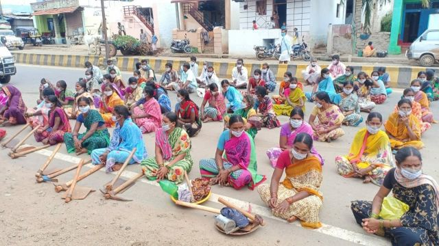 Photo of mining-affected women participating in a protest in Bellary district in Karnataka. Photo by Dhaatri.