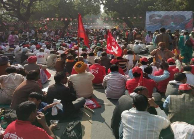 Kisan Mukti March: Farmers protest at parliament street