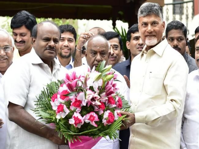 Chandrababu Naidu meets Deve Gowda, Kumaraswamy; pitches for united Opposition