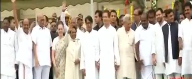 Kumaraswamy swears in as Karnataka CM in a complete show of opposition unity