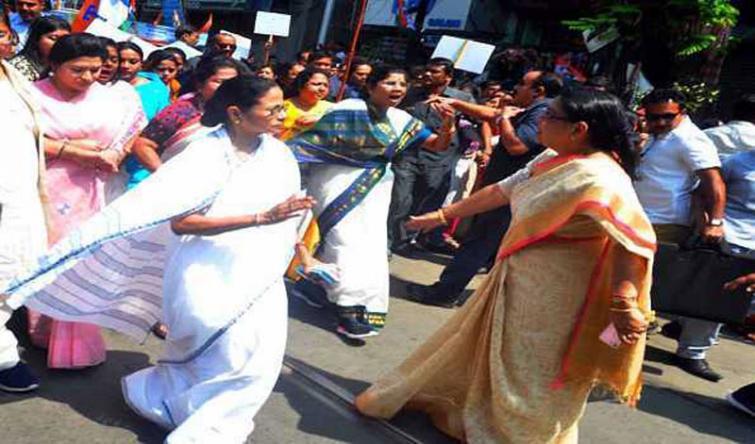 PM Narendra Modi is looting country : Mamata Banerjee