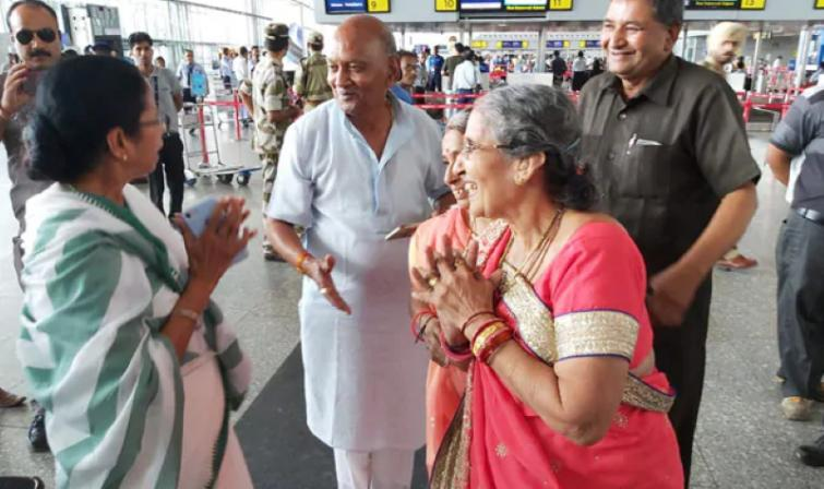 Mamata Banerjee comes across Modi's wife Jasodaben in Kolkata airport, gifts sari