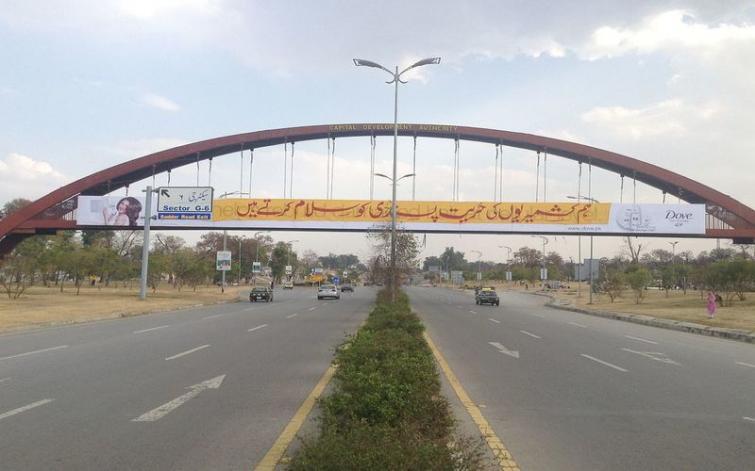 Srinagar fruit Mandi traders protest against Kashmir highway 'blockade'