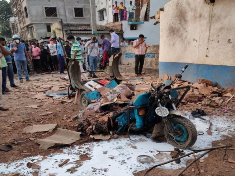 E-rickshaw destroyed, driver killed in suspected battery explosion in West Bengal's Malda
