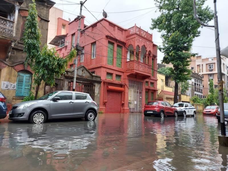 Season's first 'century' rainfall leaves Kolkata waterlogged, IMD predicts more shower, thunderstorm for Bengal
