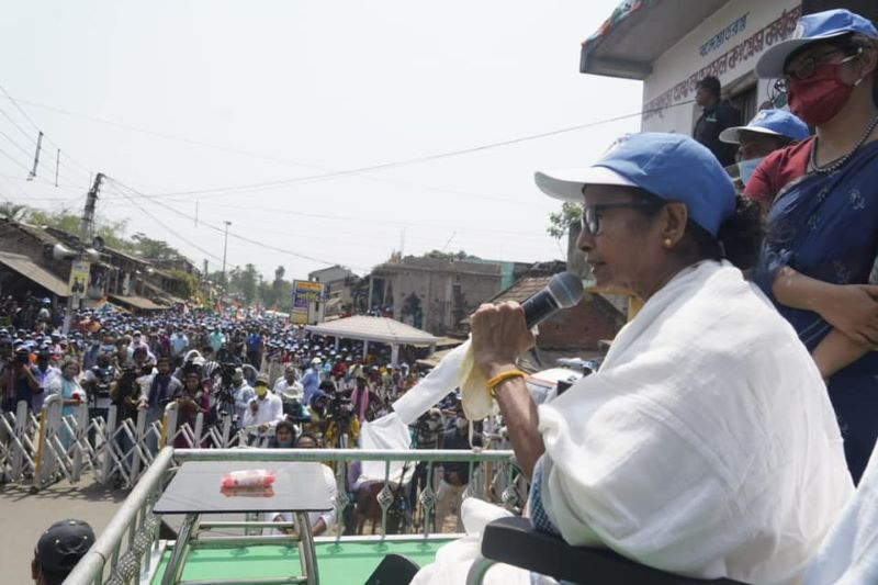 Bengal: Mamata's dharna today in protest against EC ban on her poll campaign