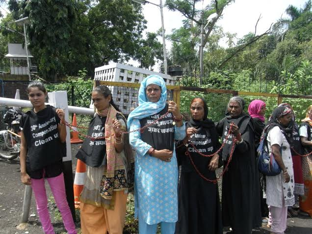 Bhopal Gas victims chain themselves to CM's house demanding compensation
