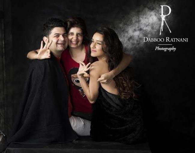 Shraddha poses with Dabboo Ratnani, family