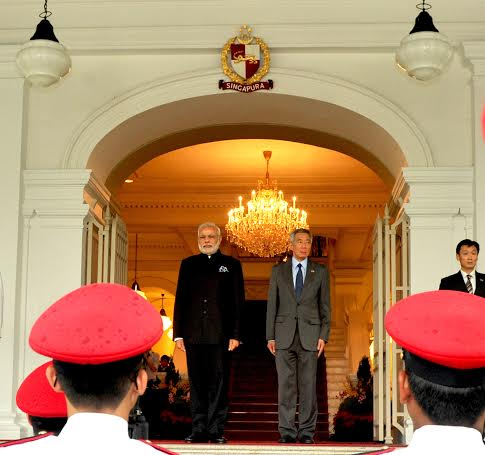 Narendra Modi being received by the Prime Minister of Singapore