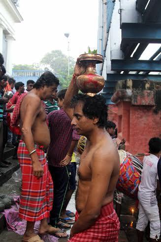 Kolkatans witness 'Kolabou snan' on Mahasaptami