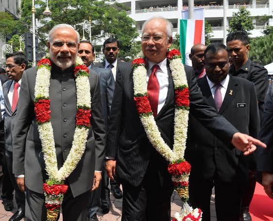 Narendra Modi being received by the Prime Minister of Malaysia, Mr. Najib Razak