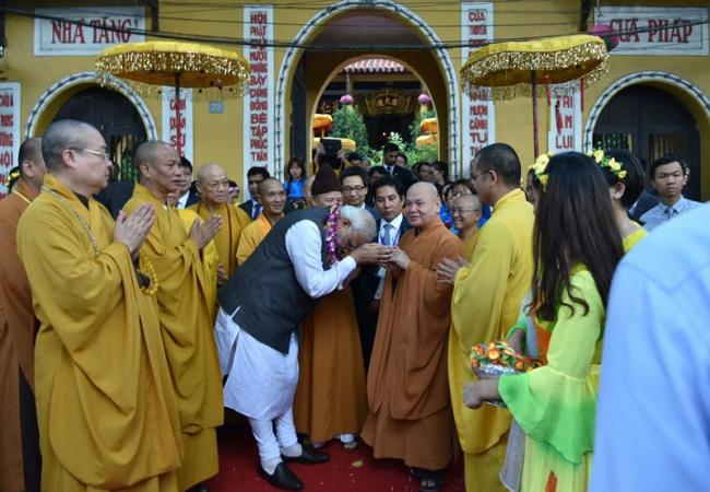 PM visits Quan Su Pagoda in Hanoi, interacts with monks