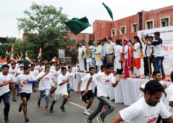 Chaudhary Birender Singh addressing at the flag-off ceremony of the 12th Slum Yuva Daud