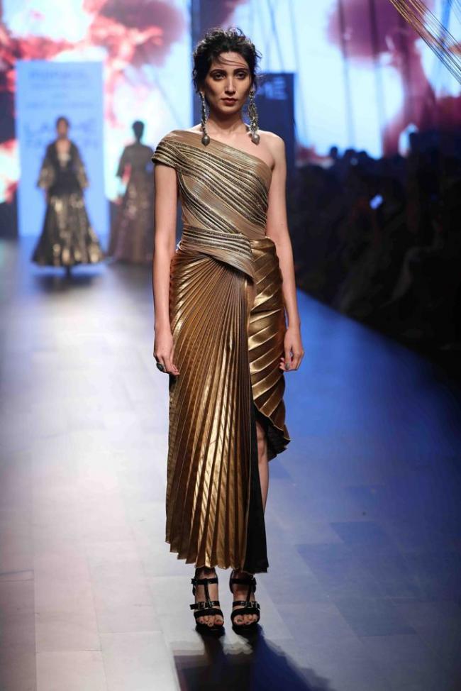 Esha Gupta sizzles ramp on third day of Lakme Fashion Week