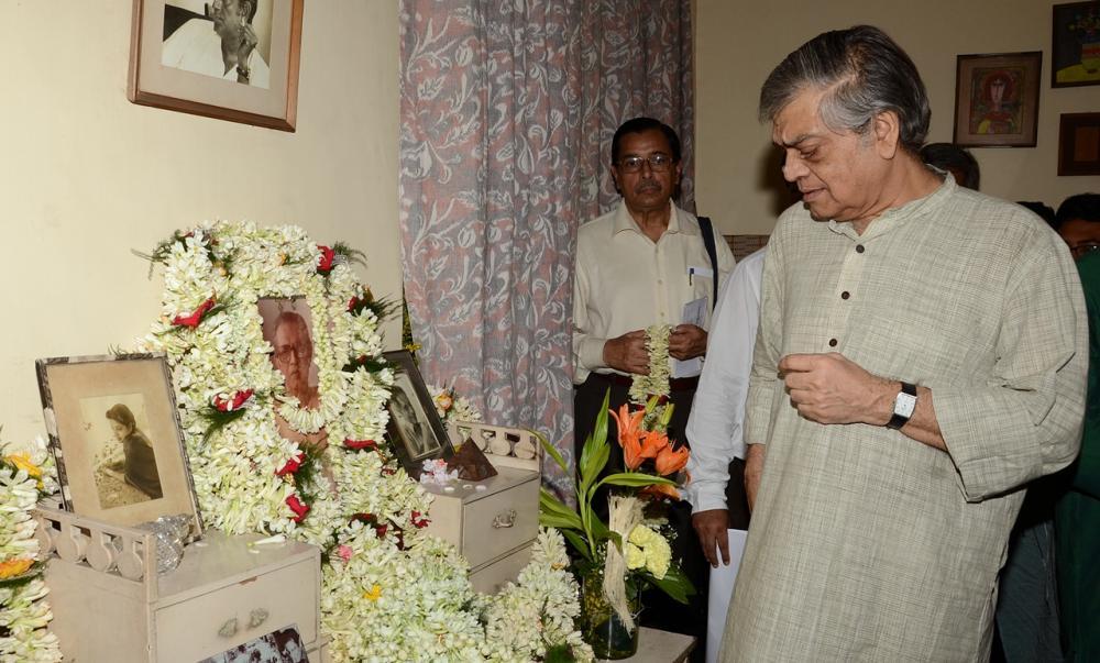 Kolkatans pay tribute to Satyajit Ray on his birth anniversary