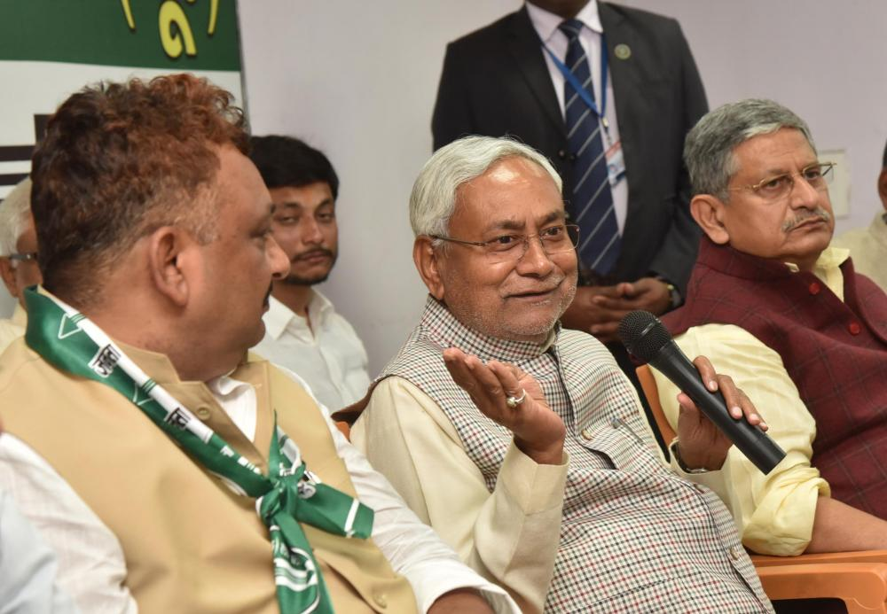 Nitish Kumar presents bouquet to social worker Narendra Singh on his joining JD(U)