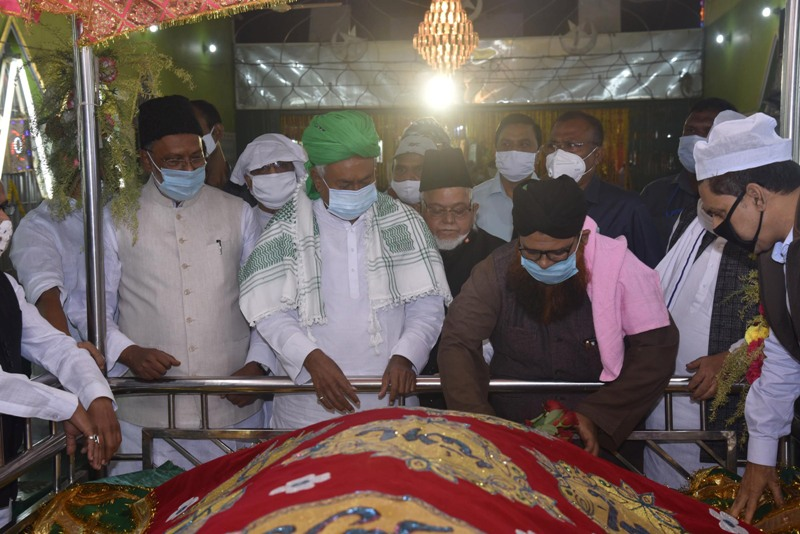 Bihar CM Nitish Kumar offers prayers at High Court Mazar in Patna