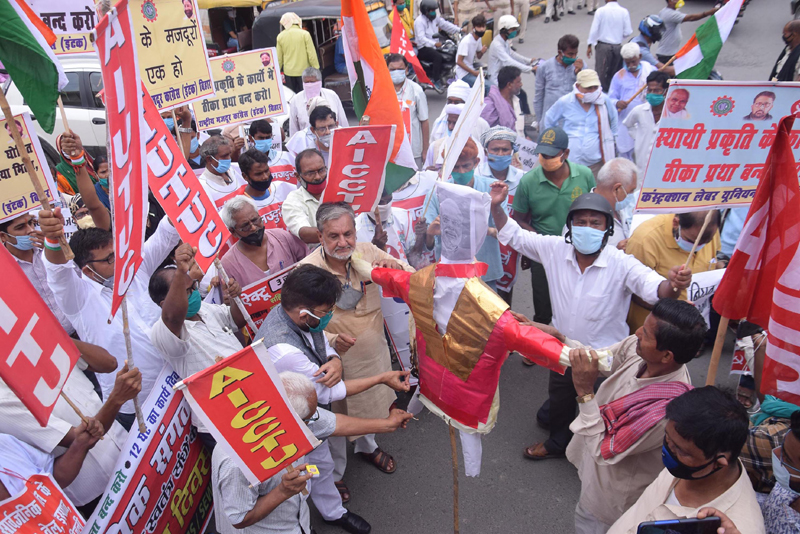 Central trade union members protest against govt policies in Patna