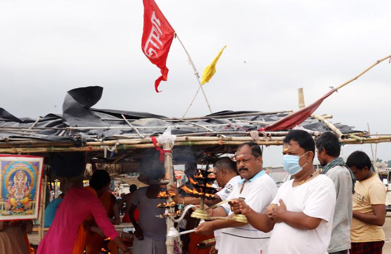 Prayagraj: Hindu devotees offer oil lamp aarti after Rudrabhishek prayers