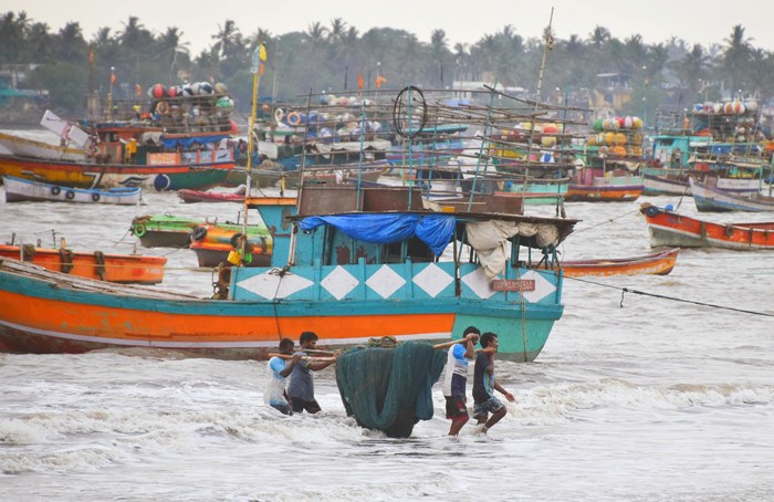 Mumbai fishermen return from sea in Mumbai