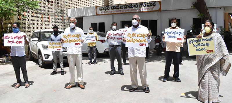 Telangana: CPI members protest demanding TIMS Gacchibowli to admit Covid Patients