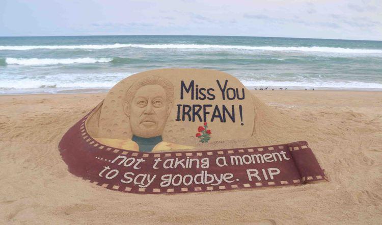 Sand artist Sudarsan Pattnaik pays tribute to late Bollywood actor Irrfan Khan