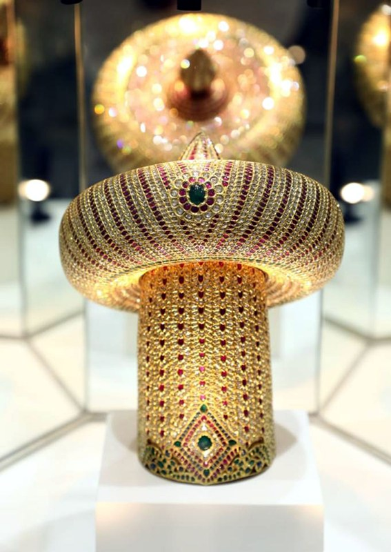 Gold crown studded with diamond and emerald stones in Chennai Keywords: Chennai,GoldCrown