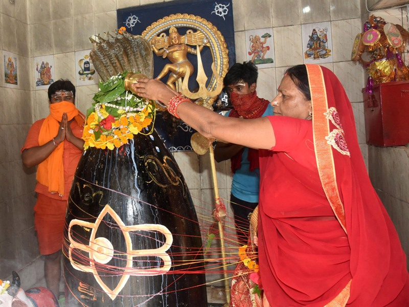 Devotees offer prayers to Lord Shiva