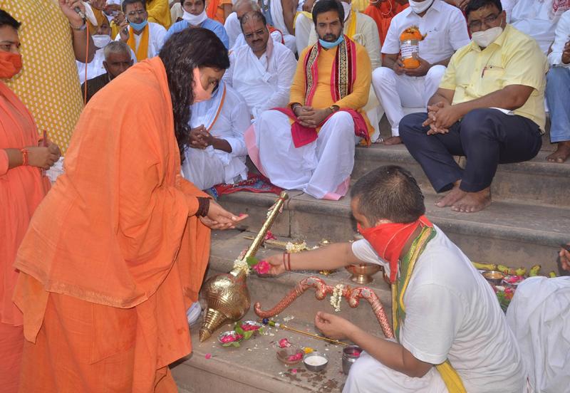 Sadhvi Ritambhara performing puja in UP's Mathura before leaving for Ayodhya