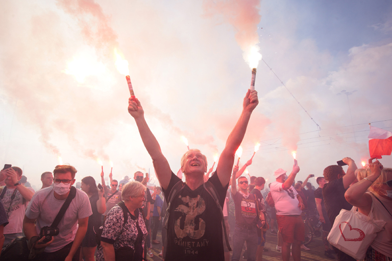 People gather to commemorate Warsaw Uprising