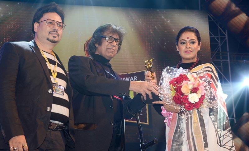 A galaxy of stars turn up at the Kalakar Awards 2020
