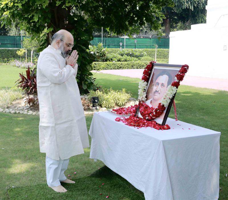 Amit Shah paying floral tribute to Pt. Deendayal Upadhyaya