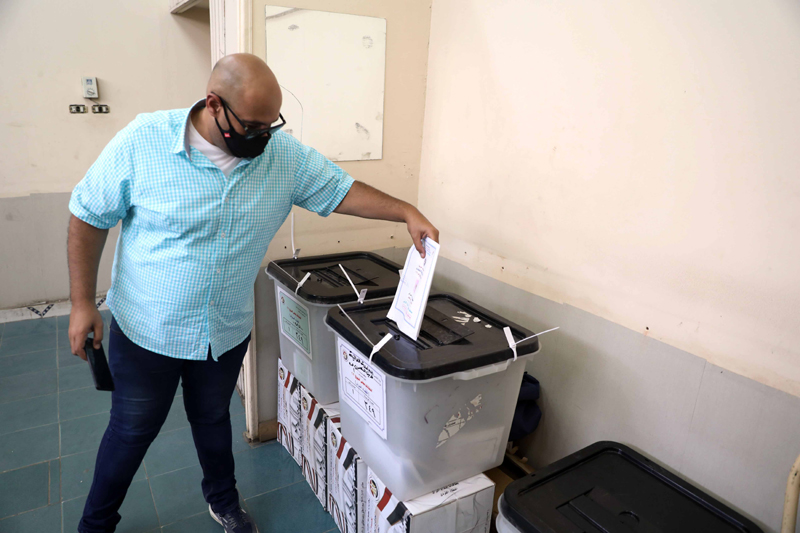 Egypt election: Man votes in polling station in Cairo