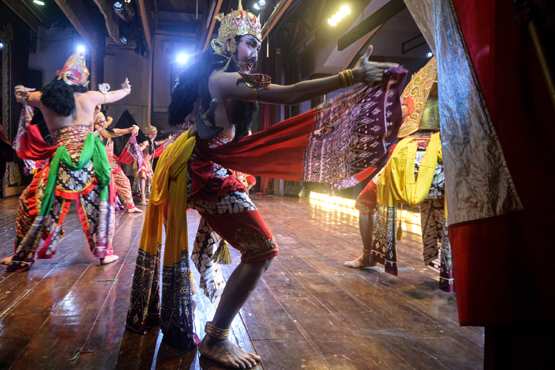 Javanese human puppet troupe performs with limited audience amid COVID-19 in Jakarta