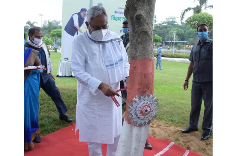 Nitish Kumar ties Rakhi to a tree