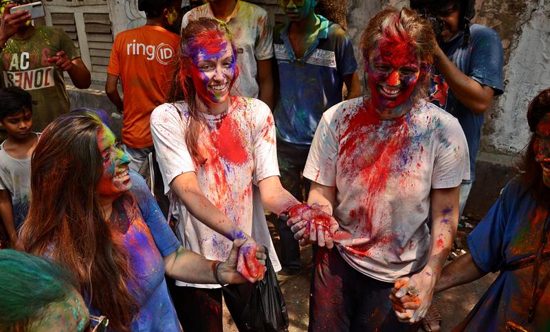 Kolkata soaks into Holi celebrations amid fears of coronavirus