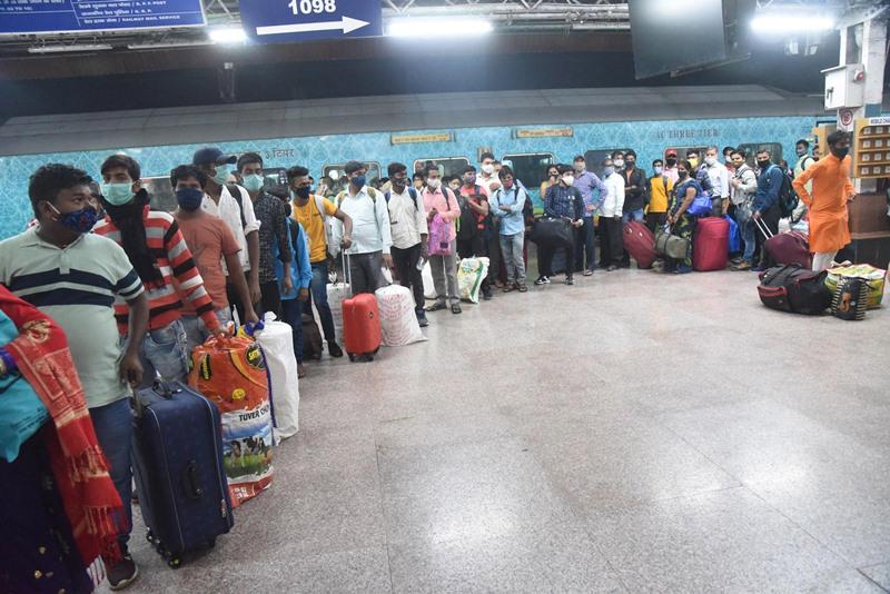 Migrants arrive in Maharashtra in Patna