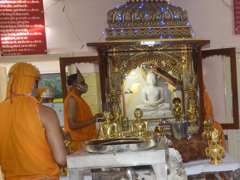 Devotees of Digambar Jain perform ritual on Mahavir Jayanti