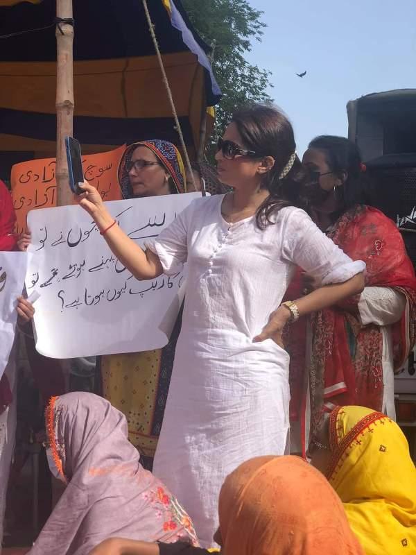 Imran Khan 'few clothes' remark: Women demonstrate in Karachi