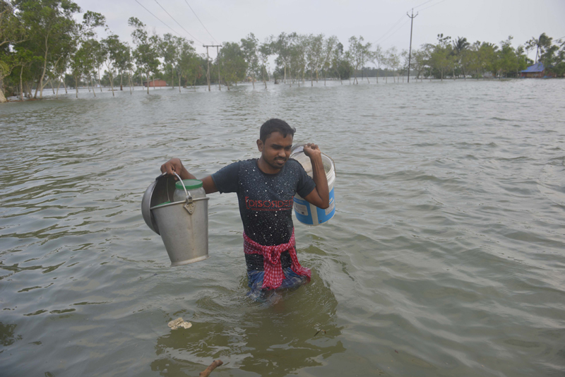 Cyclone Yaas: Glimpse of marooned villager moving to safer place in Bengal's Gosaba