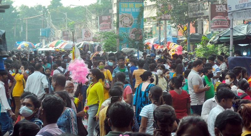Puja shopping reaches its peak in Kolkata as markets and malls witness heavy crowd