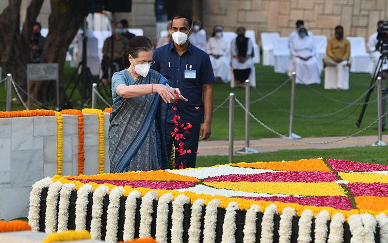 Gandhis pay tribute to Mahatma Gandhi