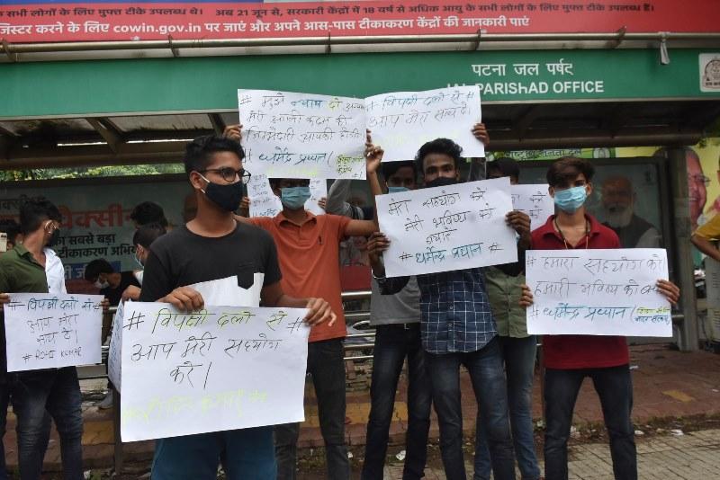 NEET examines block traffic near JDU office in protest of fraudism in Patna