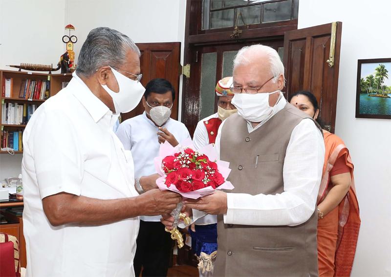 Kerala Chief Minister Pinarayi Vijayan receiving bouquet from Kerala Governor Arif Mohammed Khan